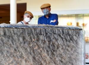 Besucher im Glasmuseum mit Mund-Nase-Bedeckung